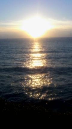 金色に輝く陽が沈む。